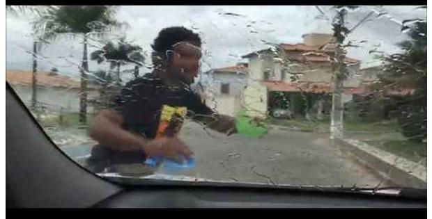 Falso – flanelinhas borrifam ácido em vidros dos carros no sinal