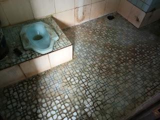 kamar mandi berkerak