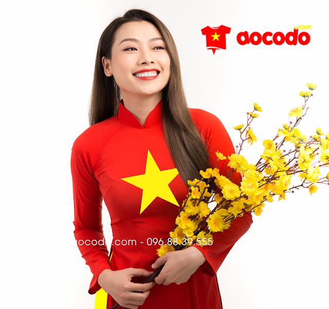 Áo dài cờ đỏ sao vàng đi hội chợ