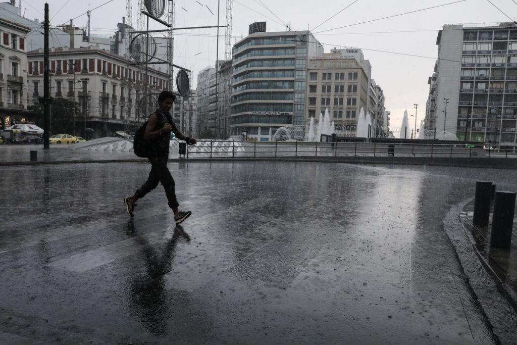 Καιρός: Πέφτει η θερμοκρασία, θυελλώδεις άνεμοι και καταιγίδες