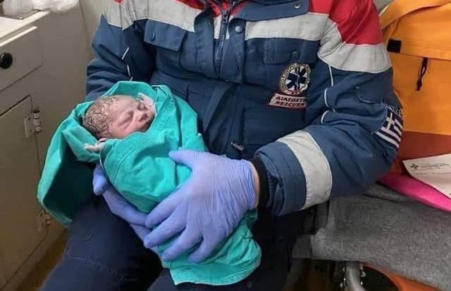 «Βιαστικός» μπέμπης γεννήθηκε μέσα σε ασθενοφόρο ανάμεσα σε Καρδίτσα και Λάρισα