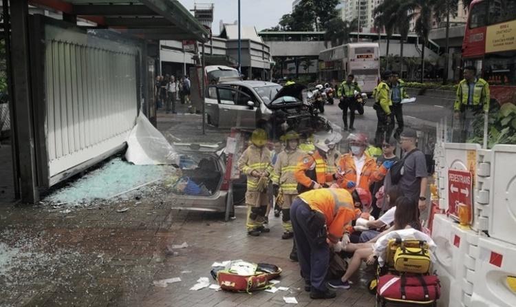 Mobil Pribadi kehilangan Kendali dan Tabrak Halte Bis di Kwun Tong, 7 Orang Luka-Luka