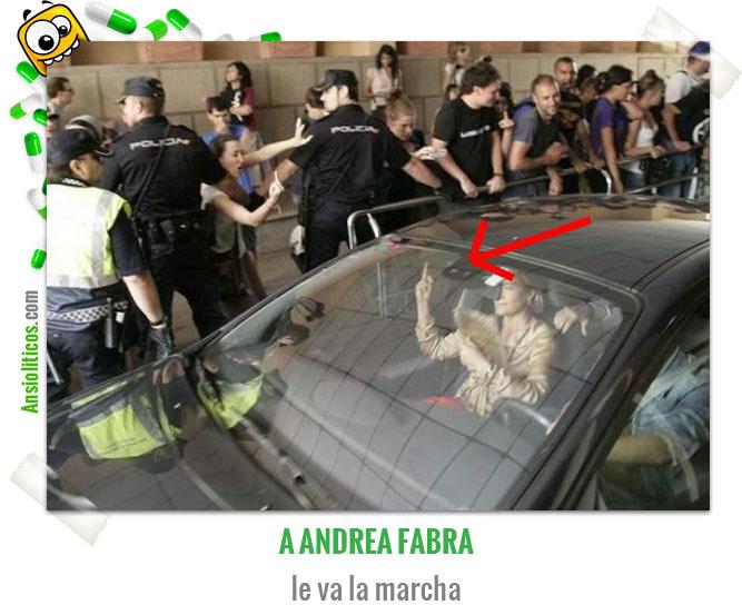 Chiste de Política Andrea Fabra enseña el Dedo