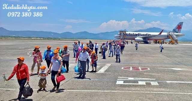 Hành khách từ máy bay xuống sân bay Chu Lai