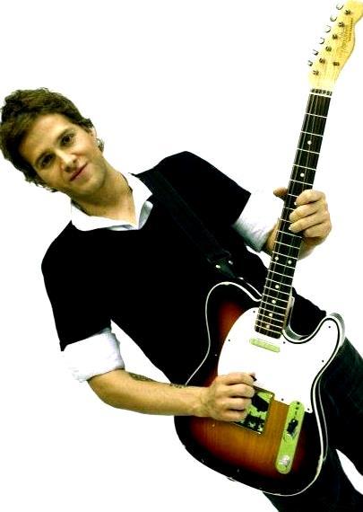 Foto de Sebastián Yepes posando con su guitarra