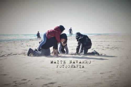 Niños jugando en la arena