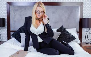 Horny and twerking - Amber%2BJayne-S02-007.jpg