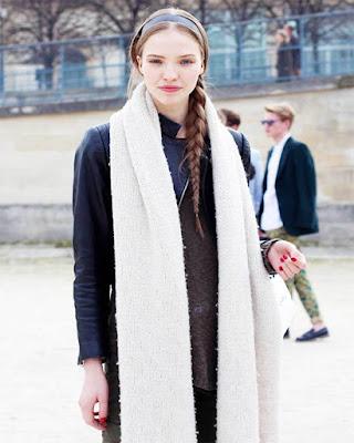 outfit con bufanda escocesa blanca