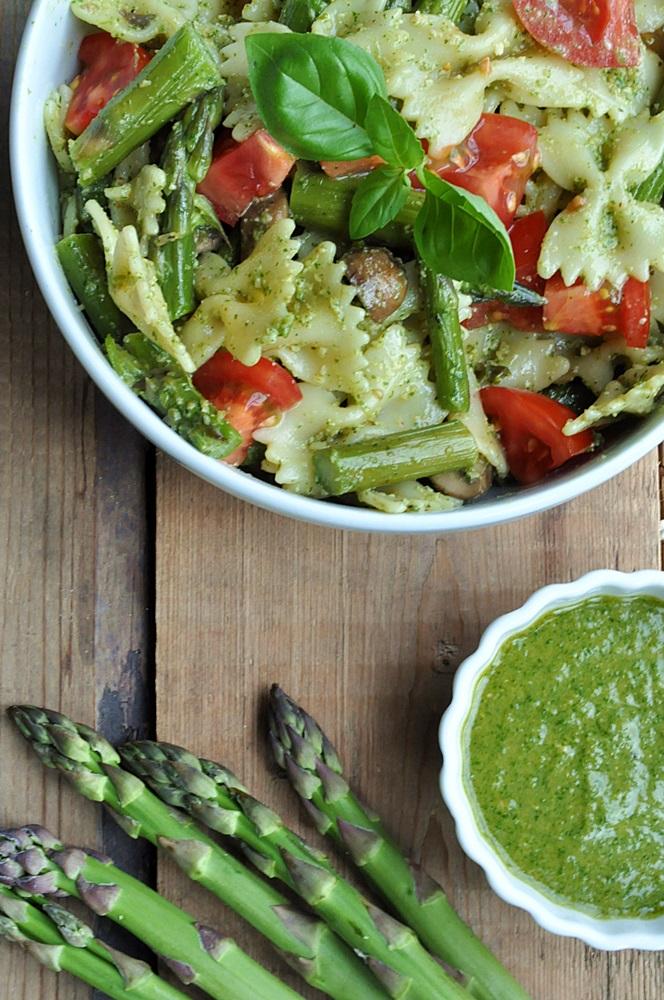 Nudelsalat mit grünem Spargel und Pestodressing