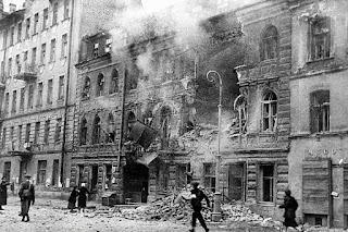 Un edificio destruido durante el sitio de Leningrado