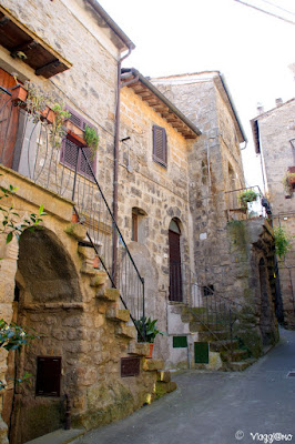 Le casette in tufo e in pietra del borgo di Bomarzo