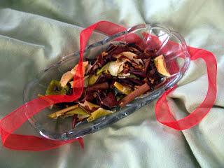 How to turn fruit scraps into DIY simmering potpourri.