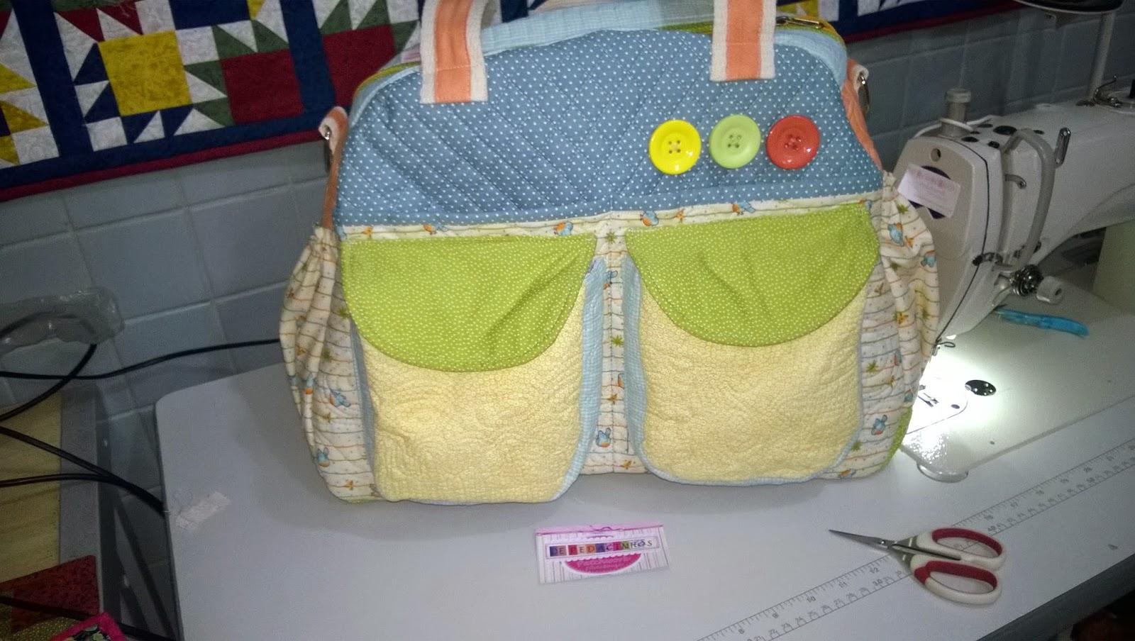 Mamãe precisa de muitos bolsos. Só na frente resolvi fazer 4 bolsos. Assim  a mamãe usa única bolsa os bolsos externo dá pra colocar os documentos ... 082e1f3d14f