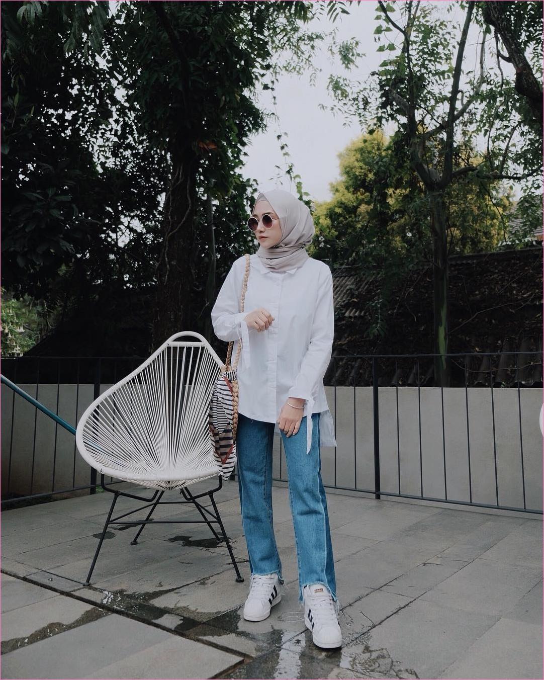 Outfit Untuk Remaja Berhijab Yang Mempunyai Tubuh Pendek Tapi Mau Kelihatan Tinggi t-shirt stripe coklat tua dan muda hijab pashmina diamond celana bahan jogger wedges high heels krem ciput rajut hitam slingbags rotan kacamata 2018 trendy ootd outfit selebgram