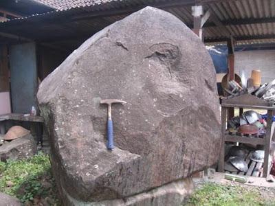 bongkah besar andesit di Desa Argomulyo, Kec. Sedayu, Bantul