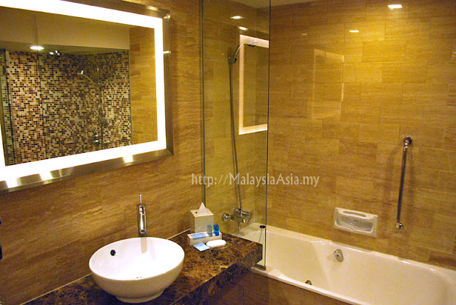 Novotel Hotel Singapore Bathroom
