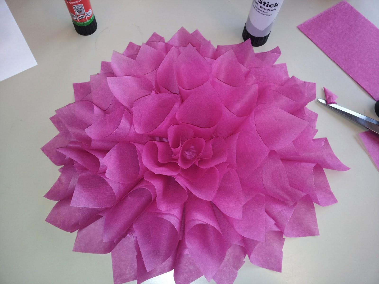 lage blomsterkrans av silkepapir