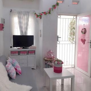 ruang keluarga sempit warna pink