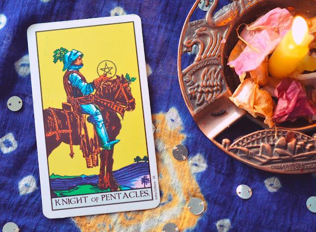 Saiba o significado da Carta do Cavaleiro de Ouros no Tarot do amor, dinheiro e trabalho, na saúde, como obstáculo ou invertida e como conselho.