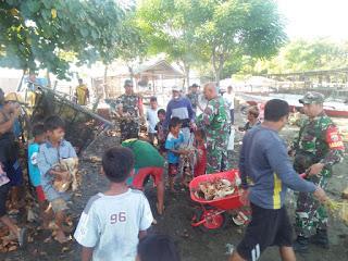 Manfaatkan Liburan Sekolah, TNI Bersama Siswa Kompak Bersihkan Pantai