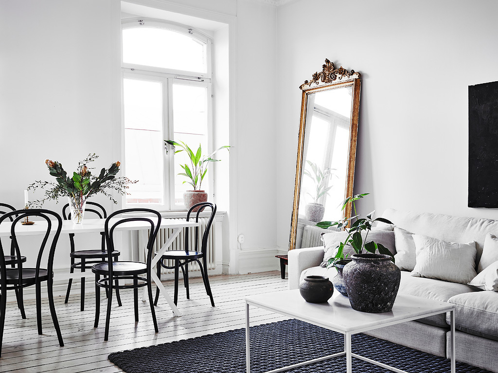 home decor, nordic living, interior design, thonet hair, black and white, sofa, coffe table, gold mirror.