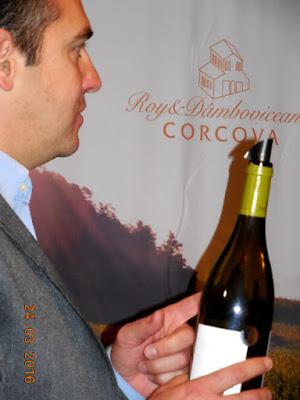 Serban povestind cu pasiune despre vinuri