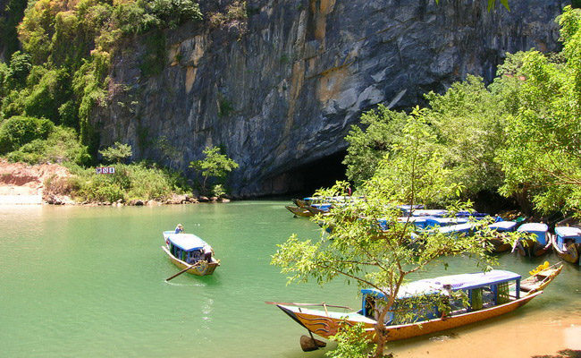 www.xvlor.com Phong Nha-Kẻ Bàng National Park is cave and underground river systems