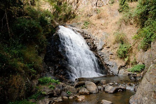 Vườn non sông Tat Mok cùng thác nước ngoạn mục
