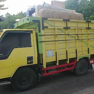 Sewa truk di kota Medan.