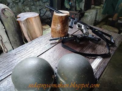 senjata lama dan topi tentera