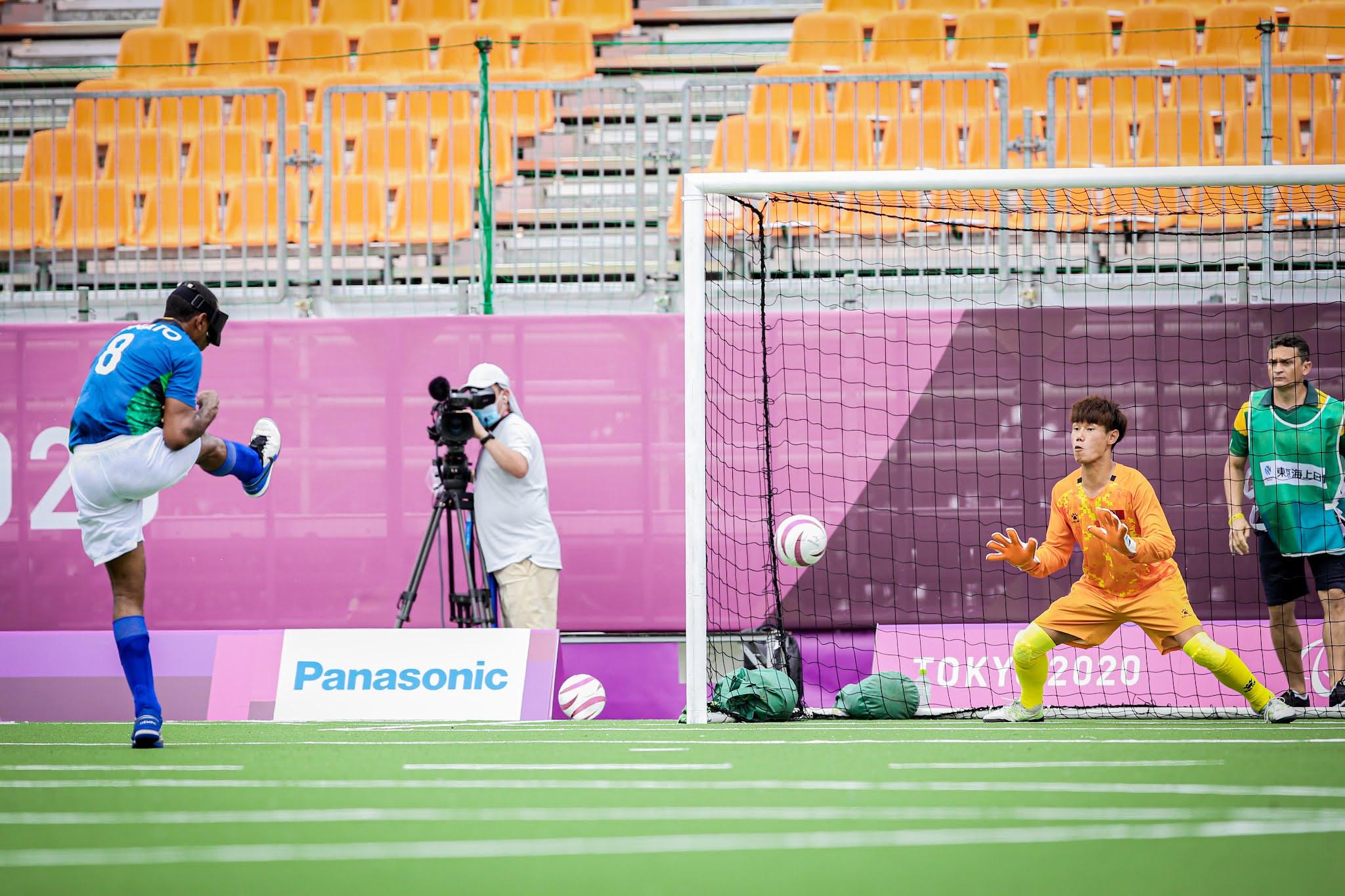 Nonato cobra tiro livre direto contra o goleiro Wang