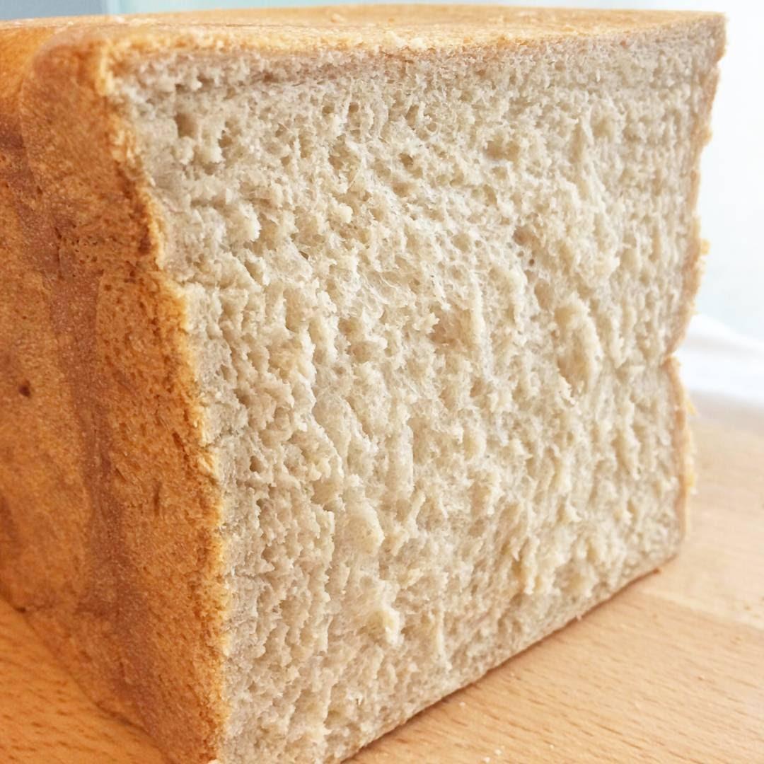只要在製作過程加入一些保濕的食材,並採用低溫中種麵糰搭配水合法來製作,就能烤出濕潤可口的吐司