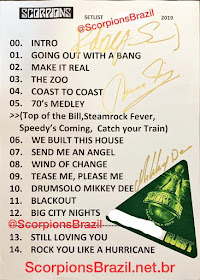 Imagem com o setlist original autografado por Klaus, Rudolf e Mikkey. 00. Intro 01. Going Out With a Bang 02. Make It real 03. The Zoo 04. Coast To Coast 05. 70's Medley (Top Of The Bill, Steamrock Fever, Speedy's Comin, Catch Your Train) 06. We Built This House 07. Send Me An Angel 08. Wind Of Change 09. Tease Me, Please Me 10. Drum Solo Mikkey Dee 11. Blackout 12. Big City Nights 13. Still Loving You 14. Rock You Like a Hurricane