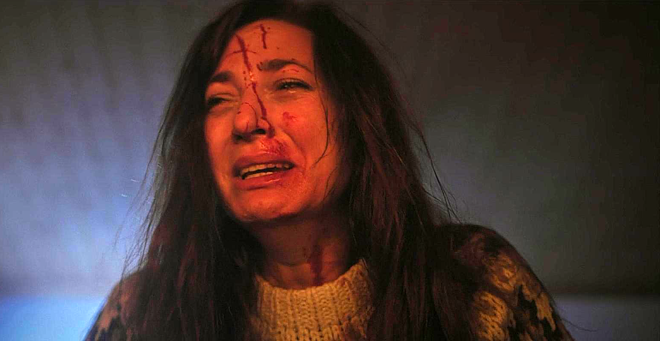 mujer ensangrentada llorando