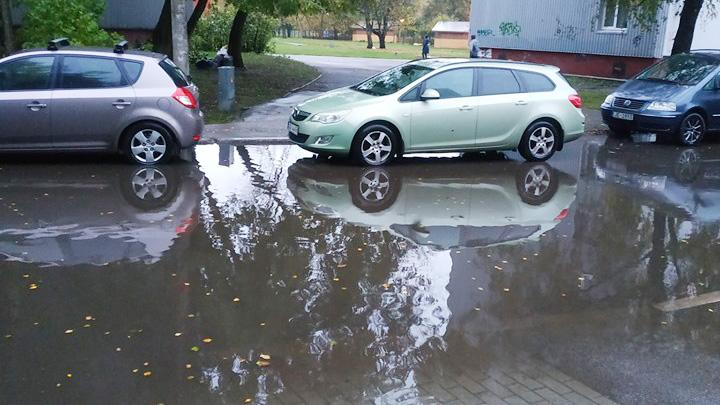 Intensīva lietus rezultātā applūst piebraucamais ceļš Pļavniekos