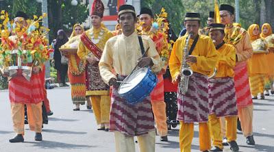 TETAP BERTAHAN: Kelompok tanjidor memainkan musik saat mengiringi kelompok arakan pengantin. HARYADI/PONTIANAKPOST