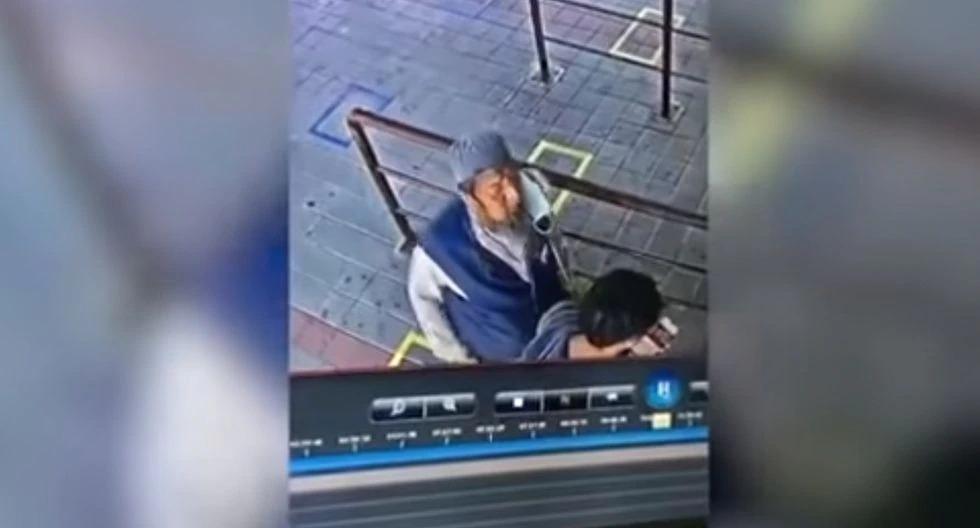 Infectado con coronavirus le da un escupitajo a pasajero de tren poco antes de morir