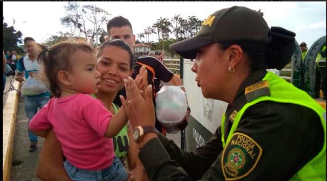 Policías colombianos ayudaron a visitantes venezolanos con sus compras