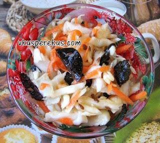 салат из капусты, моркови и чернослива
