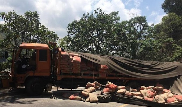 truk menabrak pedagang asongan di cadas pangeran