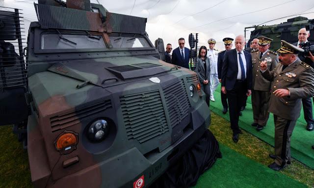 رئيس الجمهورية قيس سعيد يعاين عربة مصفحة مدرعة مضادة للألغام تونسية الصنع