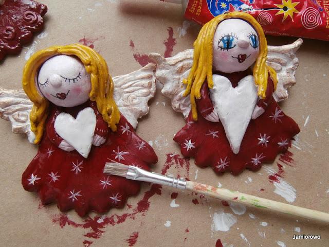 malowanie wzorków na anielskich sukienkach