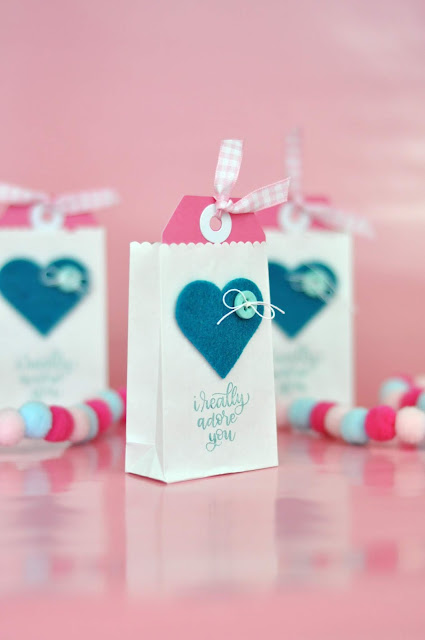 Classroom Valentines: Mini Valentine Gift Bags by Jen Gallacher from www.jengallacher.com #classroomvalentines #valentinesday #valentinecraft #papercrafter