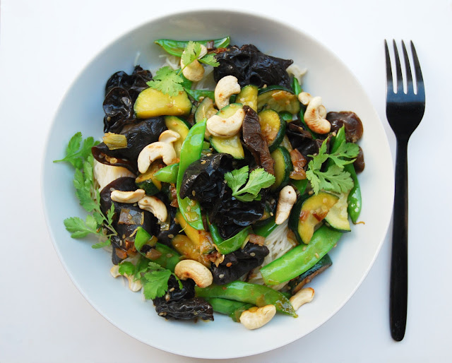 Vermicelles de riz aux courgettes, pois gourmands et champignons noirs