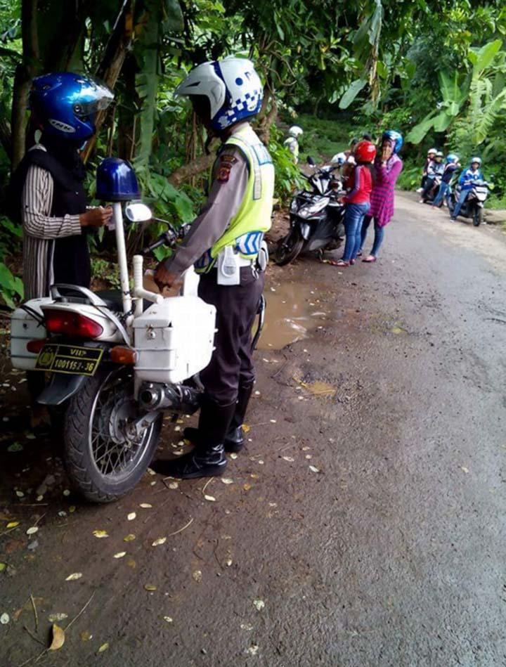 http://www.asalasah.com/2016/02/polisi-razia-di-jalanan-kampung-dan.html