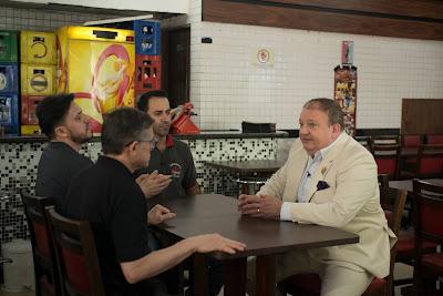Jacquin conversa com os três sócios da lanchonete. Crédito: Carlos Reinis/Band