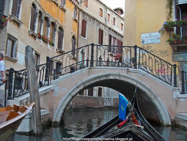Passeio de gôndola pelos canais e pontes de Veneza