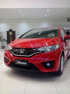 Honda Jazz Berwarna Merah Di Dealer Mobil Honda Karawang Tirtajaya