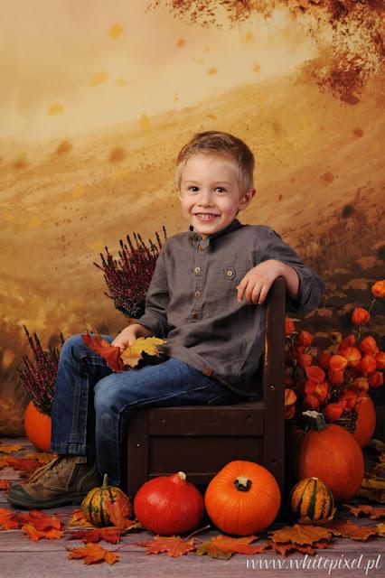 Roześmiany mały chłopiec na sesji jesiennej w Lublinie