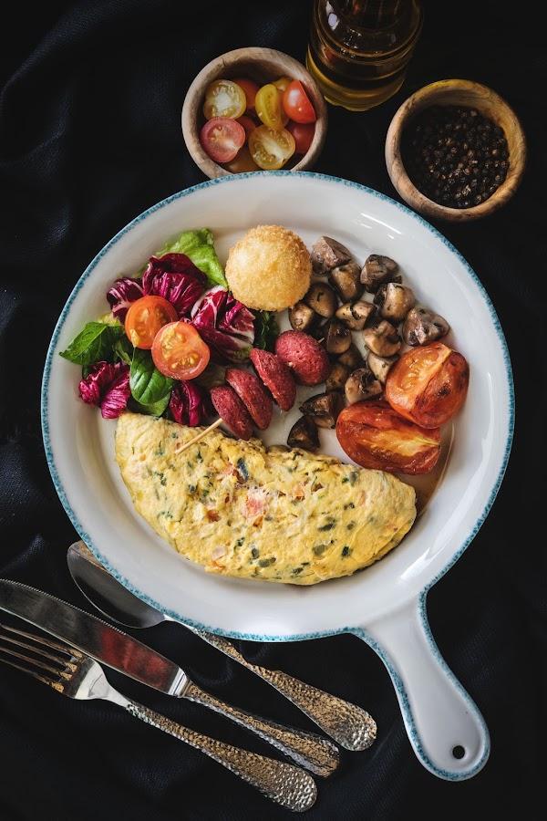 Tortilla campera o de verduras servida con otras verduras a la plancha
